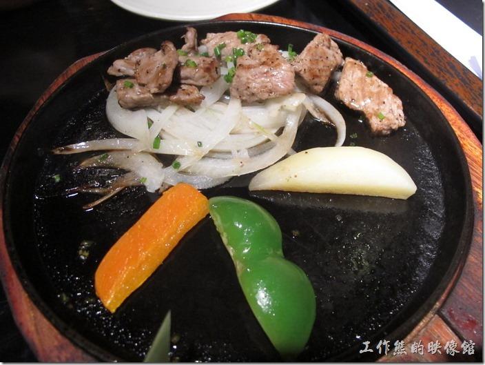 上海-百蝶居酒屋 HYAKUCHO。特色套餐的「鐵板牛肉」,肉片其實比照片中要多,因為已經被夾走了好幾塊,不過牛肉感覺有點老。
