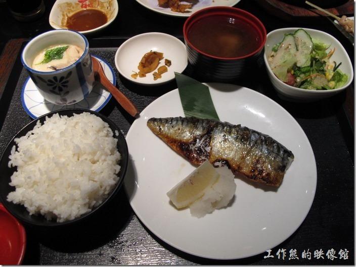 上海-百蝶居酒屋 HYAKUCHO。這個就是特色套餐的擺盤,這一份主菜是鹽烤鯖魚。