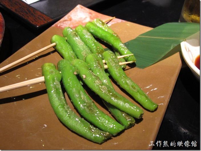 上海-百蝶居酒屋 HYAKUCHO。單點的「烤青椒」,一串RMB2。這裡有兩串,微微辣。自從吃過「大吉」的青椒後,好像其他地方的青椒都遜色了。