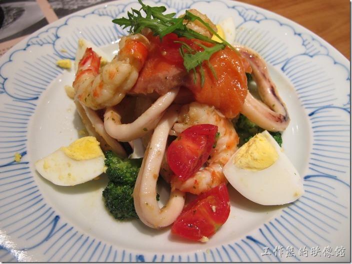 上海-鐮倉Pasta義大利麵。明蝦海鮮沙拉,RMB38。推薦這道沙拉,至少比後面的義大利麵有味道好吃,海鮮的醬料也都配得不錯。