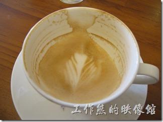 台南-跳舞的羊。卡布其諾 NTD80。這是老婆點的卡布其諾,我偷喝了一口,不過喝過了《伊肯達莊園》咖啡後再喝這個幾乎感覺不太到咖啡的香味了,所以趕緊用白開水漱漱口之後再喝一次,感覺真的很不一樣,它的咖啡香氣非常濃郁,而且也很順口,我喜歡他們家的這咖啡味。