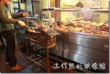 台南-上好烤魯味。客人點好了肉串,老闆就熟練的在炭火上烤起來了,還要不時用刷子加上醬汁。