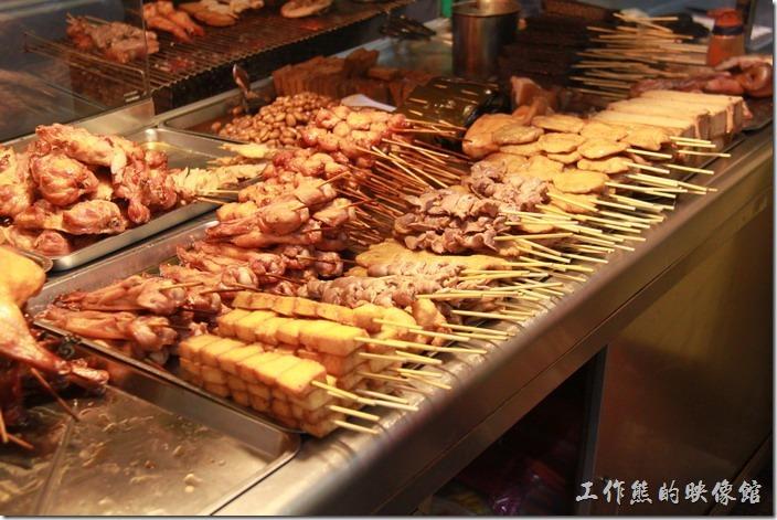 台南-上好烤魯味。滿滿的一攤子好料任君挑選。遠方的滷花生及滷豆乾當然就不必再烤了,點好之後給老闆切一切,加點滷汁就可以食用了。
