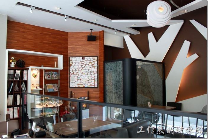台南-綠帕克咖啡館一樓的裝潢,整個一樓有挑高,所以身處其間感覺很舒服,沒有壓迫感,牆壁上除了採用木頭的顏色外,也大量採用了白色的樹枝形狀裝飾。