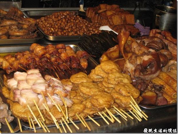 台南,上好烤魯味(滷味),還有甜不辣、豬頭皮、豬耳朵、海帶…等較傳統的滷味。