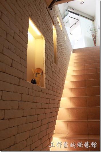 台南-綠帕克咖啡館。一樓通往二樓的樓梯,讓人有種想爬上去的去的衝動。