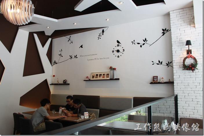台南-綠帕克咖啡館一樓的裝潢,在白色的牆壁上還貼上了許多黑色的剪影,讓人感覺牆壁不會那麼單調,也不會有緊迫感。