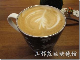 台南-跳舞的羊。熱拿鐵,這是第二次光淋的時後點的,味道非常的香醇好喝,只能說喝這裡的咖啡是一種享受,可是有不能常喝,因為怕自己的味覺習慣了這裡的味道後,其他地方的咖啡就喝不下了。