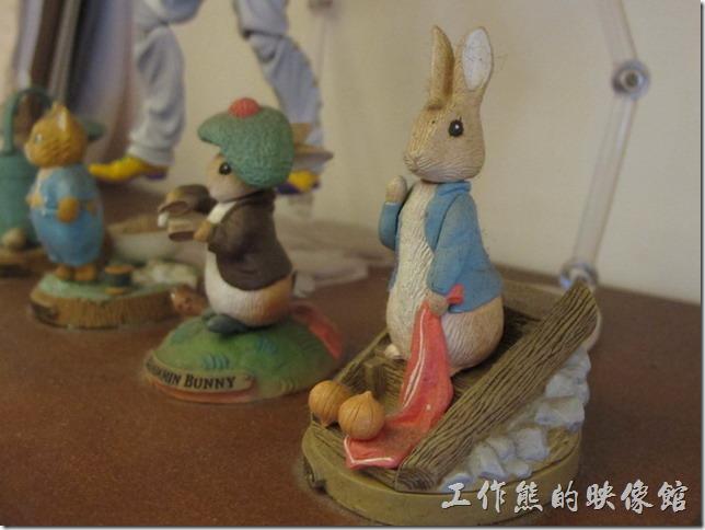 台南-跳舞的羊。店老闆喜歡用各式各樣的小玩偶裝飾咖啡店的店面,所以在他的店內到處都可以看到一些小玩意。
