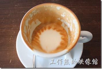 台南-綠帕克咖啡館。這就是我推薦的熱卡布奇諾咖啡,上面還有一個太陽形狀的拉花,咖啡與牛奶的比例混合的洽到好處,很合我的味蕾,而且咖啡沒有過度烘烤的焦油味,也不是那種偏酸的咖啡。