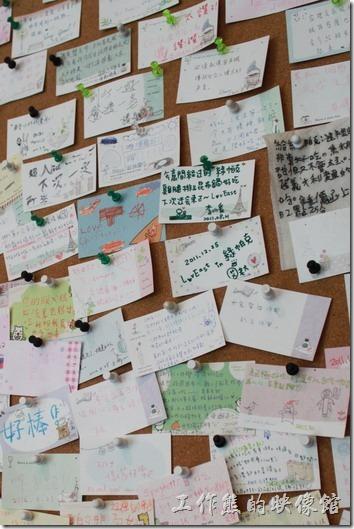 台南-綠帕克咖啡館。樓梯再過去一點的牆面還有個訪客留言佈告欄,上面有許多訪客的留言。