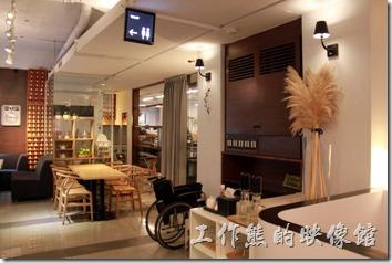 台南-咖啡茶朵Chador。台南咖啡茶朵的室內裝潢一隅。裝潢其實代點書房及日式禪意的風格。