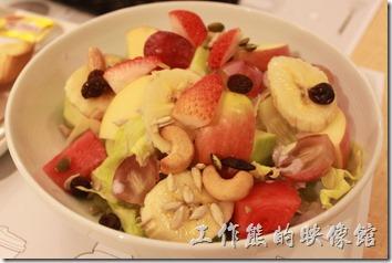 台南-咖啡茶朵Chador。水果優格沙拉,NT$180。裡頭有很多現切的新鮮水果,包括香蕉、蘋果、西爪、芭樂、葡萄、腰果、南瓜子、葵瓜子、葡萄乾…等,當然免不了放上生菜。真的很大一碗,這水果及生菜都很新鮮,新鮮就是好吃,而且也很有飽足感,因為有香蕉及蘋果。