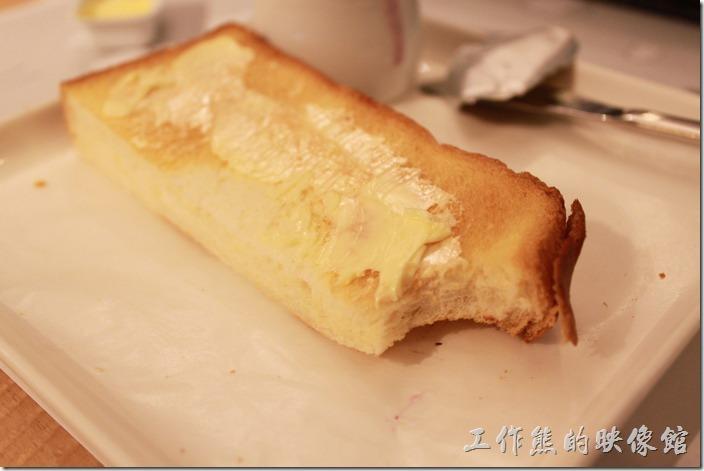 台南-咖啡茶朵Chador。塗了奶油的土司看起來也很可口,不過附的是原味的奶油,所以吃起來不太有味道,一般鹹味奶油比較能提味,但也比較不健康啦。