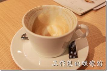 台南-咖啡茶朵Chador。拿鐵咖啡。咖啡喝起來並沒有什麼特殊的感覺,稍微帶點苦味。