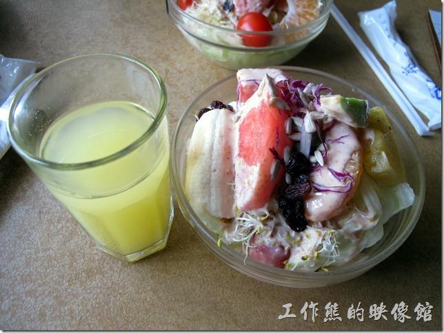 台南-伊莉的店。這就是「伊莉的店」早午餐必備的現炸柳丁汁與蔬菜水果沙拉。個人還滿佩服老闆願意一開始就選用柳丁汁來當作餐前飲料,因為柳丁是台灣的水果,早期可以這樣喝柳丁汁的還真的不多見。