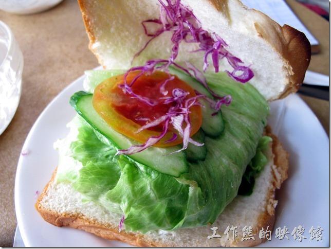 台南-伊莉的店。蔬菜起士厚片土司,中間夾了生菜、小黃瓜、牛蕃茄、紫色生菜,內容物感覺稍微有點少,應該可以再來片火腿,不過!這價錢應該會再往上加。