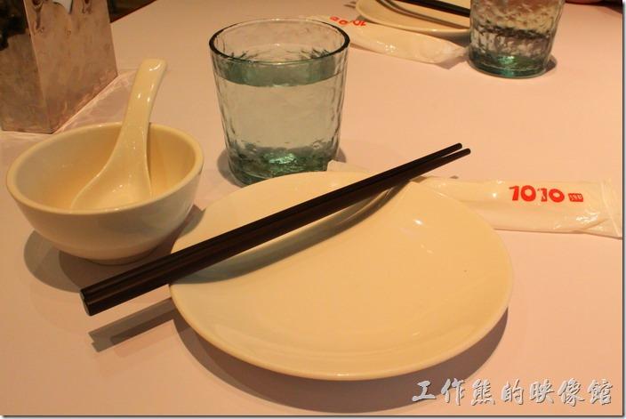 老實說【1010湘】的餐盤不算精緻,應該說還有點老舊,似乎跟它外觀給我的印象不太一致。白開水喝起來也有消毒水的味道。