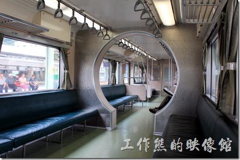 平溪線的火車車廂真的很特別,因為到目前為止都沒有鐵路電氣化,所以到現在都還是柴油動力火車頭,我記得我以前念大學的時候坐過幾次,當時就覺得它的中間有個圓形的拱門非常的特別,可以稍微隔開旅客,有別於台鐵一般的火車車廂。