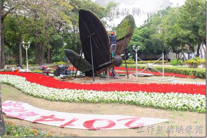 台南-2014中山公園百花祭。這是北門路與公園北路交叉路口的公園入口處的蝴蝶裝置藝術,目前還沒完成。