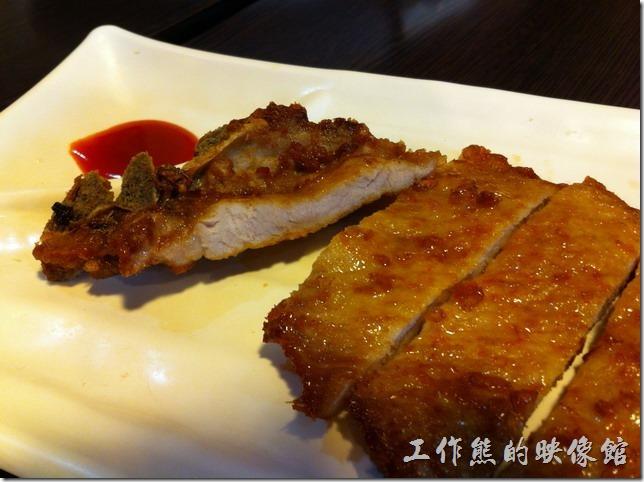 南港-雲泰萊風味館。「香茅排骨飯」套餐,NTD90。算是這裡最便宜的套餐,這豬排個人覺得普通,如果跟「小南」的排骨比起來,只能說差強人意。