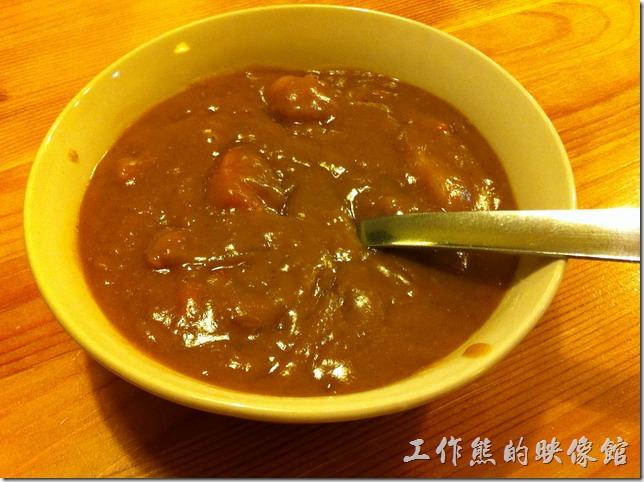 南港-蜥蜴廚房(LIZARD KITCHEN)。這是蜥蜴炸雞的咖哩,另外用一個碗裝著,這咖哩的顏色很深,味道也很濃,咖哩還有分小辣及中辣兩種選擇。