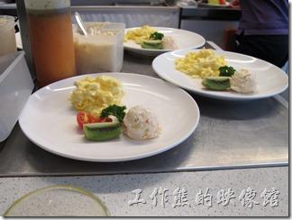 台南-oilily_caffee。因為就坐在吧台前,這是準備中的主菜。