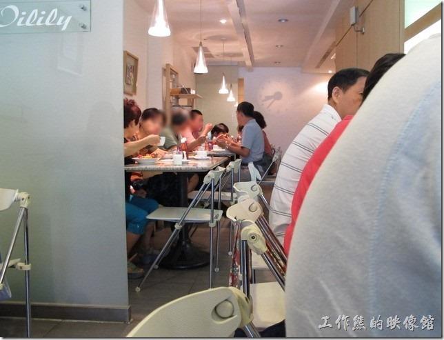 台南-oilily_caffee。店內的位置都滿了,最裡面其實還有個沙發區。