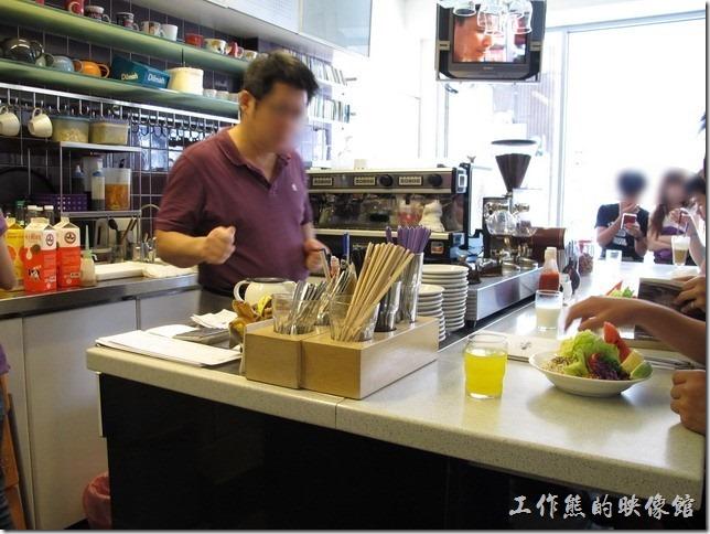 台南-oilily_caffee。老闆專責煮咖啡,他們家用的是味全的牛奶,看他一個早上手沒停過,門口還有人在等。