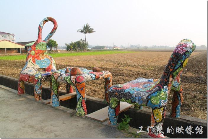 台南-土溝村(卡通造型椅子)。其實只要看到這些四隻腳貼著五顏六色的磁磚橫跨在水溝上的石椅,就可以找到「幾米」了,因為及米就在其對面。