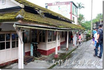 平溪線一日遊-菁桐。菁桐火車站建於西元1929年,至今依舊保持著日式木造建築的迷人風采,現被列入臺灣歷史百景之一。裡頭還保存著完整的木造長椅、老柵門剪票口,尤其是屋瓦上的青苔。