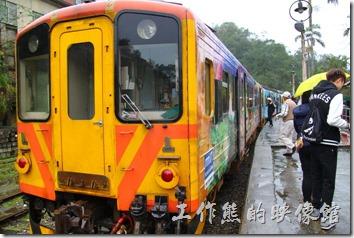 平溪線一日遊-菁桐。回程的火車來了,載著遊客們滿滿的幸福離開。