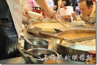 基隆-廟口夜市(豆簽羹)。這豆簽羹是老婆介紹我吃的,結果一吃就上癮,之後每回來都得吃上一碗,這豆簽羹的配料有蝦仁、花枝與蚵仔,蚵仔是必備的佐料,而蝦仁或花枝則可以分開來點或是綜合。其實這豆簽的材料應該是這碗豆簽的基礎,以前吃的時候感覺豆簽吃起來會有特殊的香味,今次吃起來似乎香氣變淡了,會不會是我的錯覺。