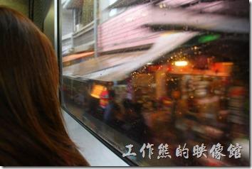 台北平溪線-十分。照片在火車內拍攝,顯示火車旁邊就是商店民宅。