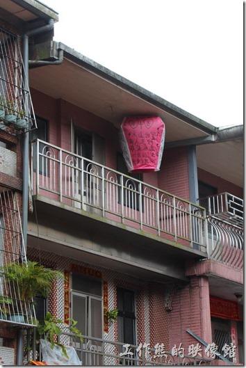因為十分老街都是三層左右的樓房,所以在這裡放天燈時容易卡在樓房的屋簷下,但通常可以稍有山風吹來,一般都能順利脫離屋簷下,展翅高飛,也算是扣人心弦