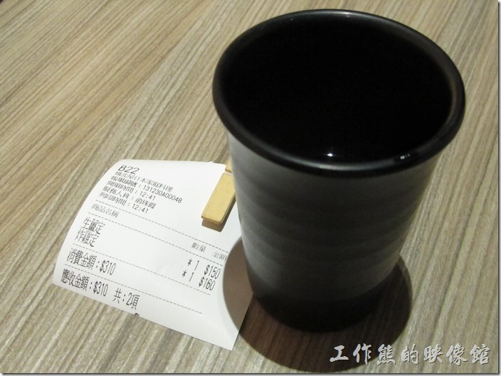 台南-橋北屋。餐廳內有免費的茶水可以喝,但是要自己盛。餐點的價錢跟上次在舊址比起來,已經漲價了,以炸雞定食來看,上一次吃的時候是NT140,現在已經要NT160了,比舊址多了NT20元。