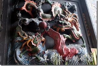 基隆廟口《奠濟宮》廟門牆壁上的座青龍、右白虎雕刻。