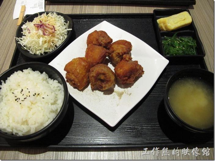 台南-橋北屋。「炸雞定食」,NT$160。除了主食炸雞塊之外,定食的內容還附贈了一碗味增湯、白飯,小菜及沙拉,感覺上還可以。