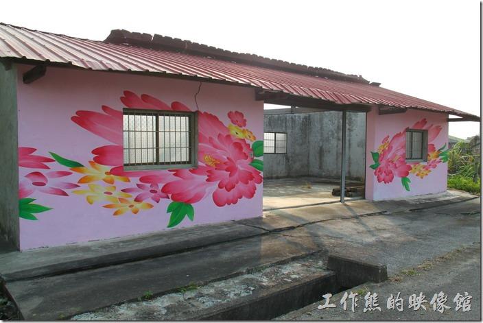 竹仔腳這裡的許多牆面上都彩繪著大富大貴的牡丹花。