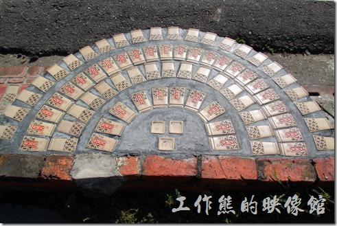 台南-土溝村。這個階梯及半圓形的圖案可是有玄機的,外行人只看到上面印著「九月九」,仔細看這其實使用台灣山泉九月九供品酒瓶的堆出來的。