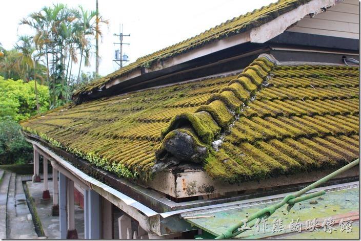 平溪線一日遊-菁桐。菁桐火車站木造式的建築仍然保有一股濃厚的日本風味,不論從哪個角度欣賞都有各自的趣味,這火車站是從日據時代一直保存傳下來的老建築,老式月台搭配著多軌鐵道,是復古鐵道迷必來的朝聖地之一。