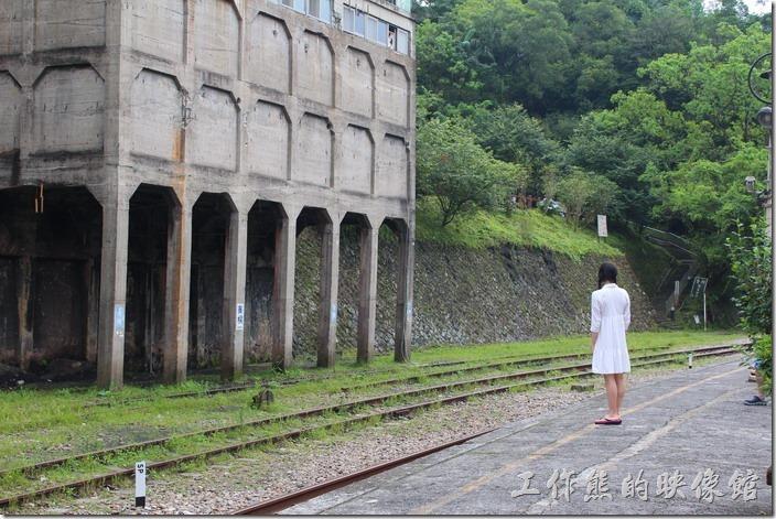 平溪線一日遊-菁桐。不是要你看那等人的女生,而是要看左手邊的建築物,是火車運煤裝卸煤炭的工作場,聽網友說這個叫【降煤櫃】,把火車開到其下放,然後煤炭從上方落入運煤車。