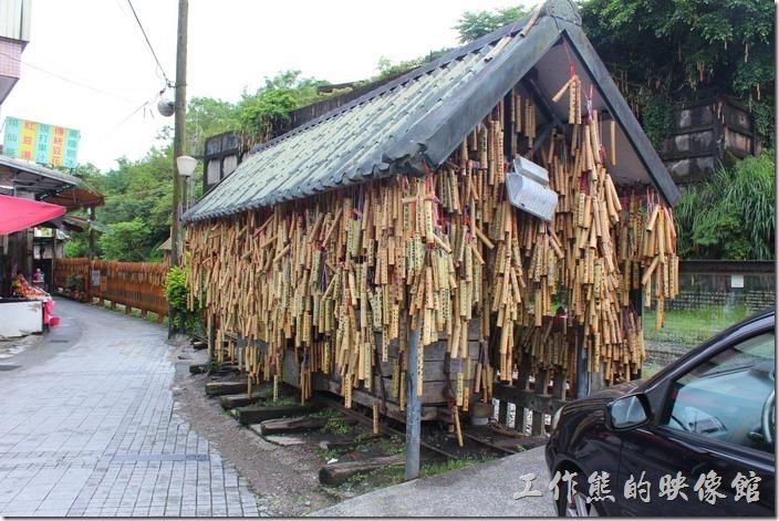 平溪線一日遊-菁桐。菁桐車站的西面老街上有個掛滿許願竹筒的小亭子建築物,裡頭其實有一台木造的小火車。