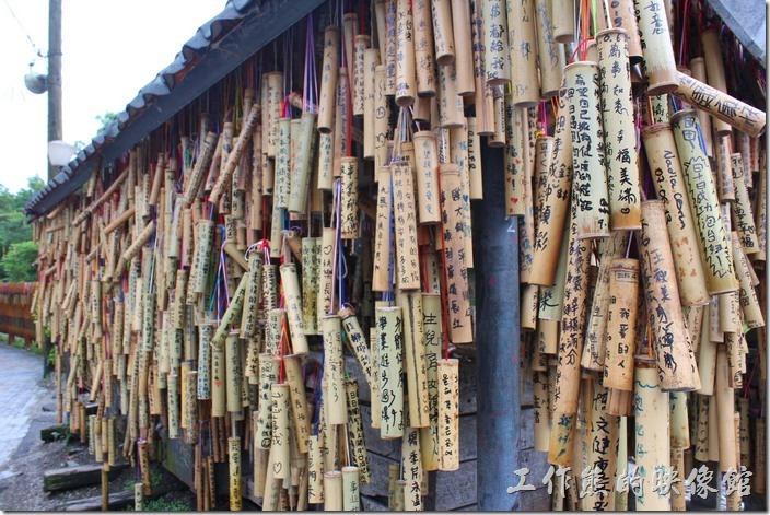菁桐老街上的許願竹筒,真的是滿滿滿。