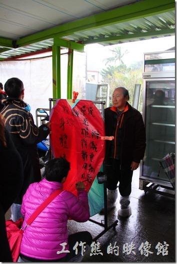 台北平溪線-十分。遊客購買了天燈之後,將天燈掛在曬衣架上,用毛筆或簽字筆書寫祈福的字句。這裡還有一個「我要嫁給德國人」的朋友~