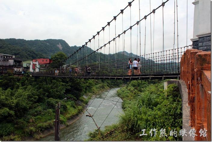 靜安吊橋現在為人行吊橋,也是觀光客們必遊的景點,它就座落在十分寮老街的旁邊,一下十分火車站就可以看到了。