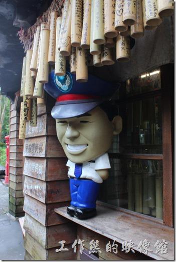 菁桐鐵道文物館外一樣掛滿了許願竹筒,還有個超大的直筒式的郵筒,可以在這裡買張有紀念價值的明信片寄回家以茲紀念。
