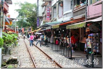 這十分老街最吸引人的是其獨特的民宅緊鄰著平溪支線鐵道的「火車門前過」景色而聞名,這點與泰國「美功鐵道市集」有點類似。現在兩旁幾乎都是放天燈的店家居多。