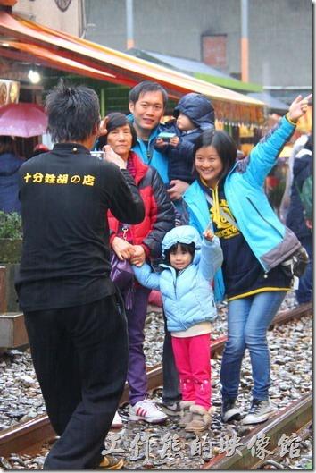 台北平溪線-十分。天燈升起的時候繼續拍照,最後來個全家團員大合照。