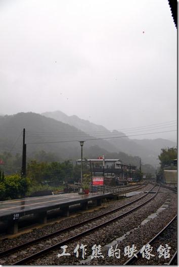 台北平溪線-十分。十分火車站的月台,仔細看照片的天空中有些小小的黑點,不是我的鏡頭髒了,那是飄在天空上的「天燈」耶!